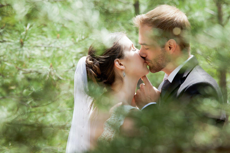 Durango Colorado wedding couple kissing in teh San Juan National forest
